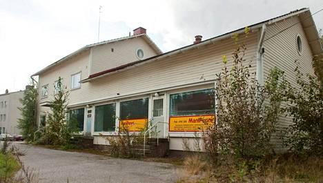 Kellertävä, huonokuntoinen puutalo seisoo tyhjillään Ruokolahden keskustassa aivan kunnantalon naapurissa. Viisi vuotta sitten kiinteistön alakerrassa toimi kauppa ja yläkerrassa oli asuntoja. Myöhemmin se on ollut venäläisomistajien satunnaisessa vapaa-ajan käytössä.