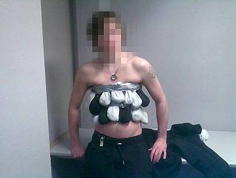 Norjan tullin julkaisemassa kuvassa näkyy, kuinka salakuljetusta yrittänyt mies oli kätkenyt matelijat.