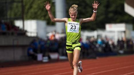 Alisa Vainio kuvattuna Porin Kalevan kisoissa, jossa hän voitti SM-kultaa 10 000 metrillä.