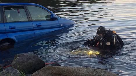 Pelastuslaitos nosti Hondan kuuden metrin syvyydestä torstain ja perjantain välisenä yönä Korpilahdella.