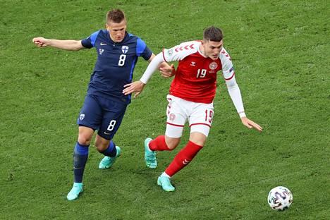 Robin Lod (vas.) kamppailemassa Tanskan Jonas Windiä vastaan Suomen kisa-avauksessa.
