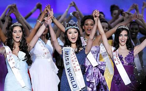 Miss maailma Kiinan Yu Wenxia (kesk.), ensimmäinen perintöprinsessa Walesin Sophie Elizabeth Mould (vas.) ja toinen perintöprinsessa Australian Jessica Michelle Kahawaty (oik.).