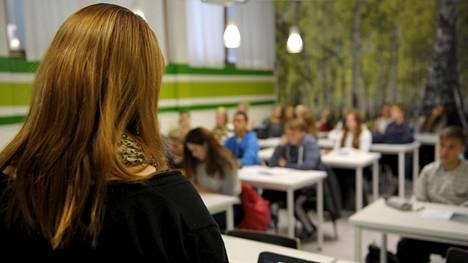 Opettaja opettaa oppilaita kahdeksasluokkalaisten yhdistetyllä uskonnon ja elämänkatsomustiedon tunnilla Kulosaaren yhteiskoulussa Helsingissä 23. lokakuuta 2013.