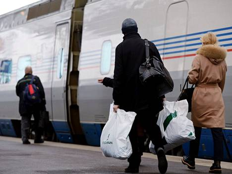 Matkustajia nousee Venäjälle menevään Allegro-junaan Helsingin rautatieasemalla.