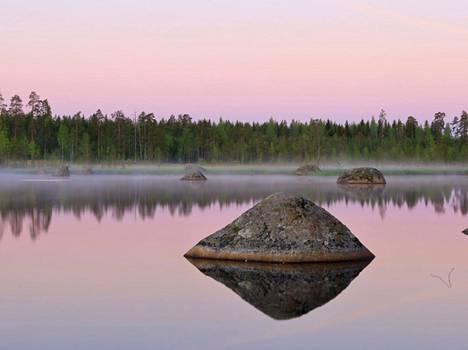 Aamusumu laskeutui järven ylle Isokyrön Orisbergissä.