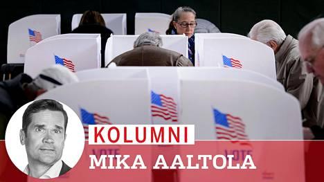 Ennakkoäänestys on jo alkanut. Kuvassa kansalaisia vaaliuurnilla Potomacissa, Marylandissa.