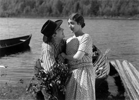 Oiva Soini ja Heidi Blåfield Koskenlaskijan morsiamessa.