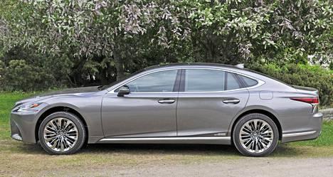 Uusi LS 500h täyttää edustusauton kriteerit, vaikka ei ehkä olekaan kaikkien mieleen: linjoissa on hillittyä näyttävyyttä.