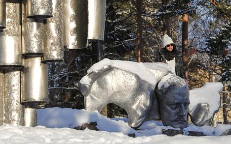 Turistit ihailevat talvisessa Helsingissä muun muassa Sibelius-monumentia.