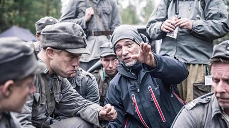 Ohjaaja Aku Louhimies näyttelijöiden keskellä Tuntematon sotilas -elokuvan kuvauksissa.