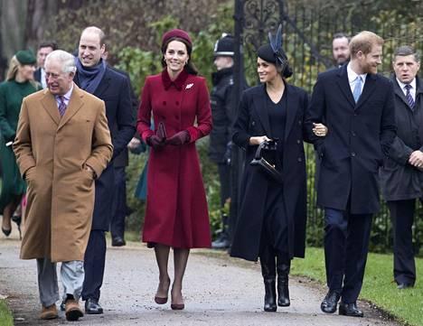 Prinssi William, herttuatar Catherine, herttuatar Meghan ja prinssi William astelivat joulukirkkoon prinssi Charlesin johdolla. Charlesin uskotaan toimineen kuningattaren kanssa sovittelijana herttuaparien välillä.