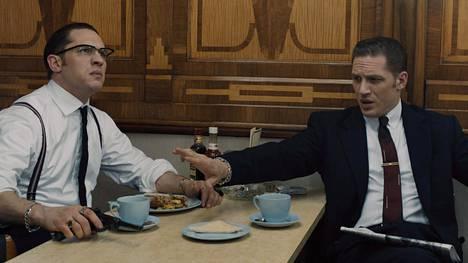 Tom Hardy näyttelee tositapahtumiin perustuvassa rikoselokuvassa sekä väkivaltaan taipuvaista Ronnieta että herrasmiesmäistä Reggietä.
