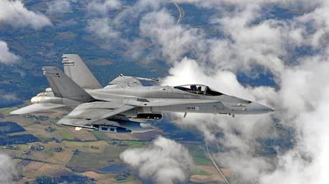 Ilmavoimien Hornet-hävittäjällä oli sunnuntaina kiire.