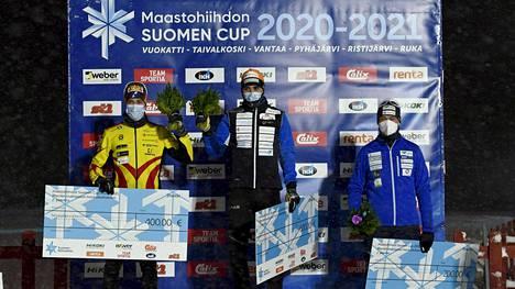 Ristomatti Hakola (kesk.) sai 600 euron voittopalkinnon.