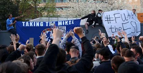 Jalkapallofanit osoittivat raivoisasti mieltään Stamford Bridgen ulkopuolella Lontoossa tiistaina.