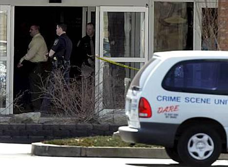 Aseistautunut mies avasi sunnuntaina tulen kirkossa Illinoisissa Yhdysvalloissa ja surmasi saarnaa pitäneen pastorin kesken jumalanpalveluksen.