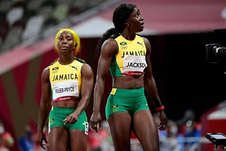 Shelly-Ann Fraser-Prycen (vas.) ja Shericka Jacksonin kasvoilta paistoi pettymys 100 metrin finaalin jälkeen.