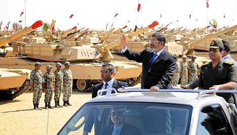 Mohamed Mursi (2. oik) ja turvallisuusministeri Abdel Fattah al-Sisi (oik.) arkistokuvassa lokakuulta 2012.