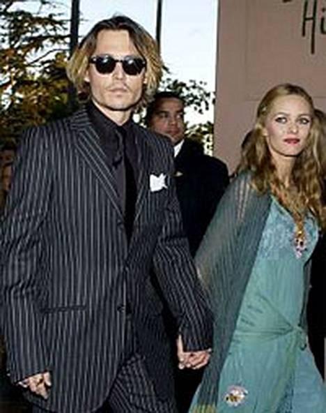 Johnny Depp ja puoliso Vanessa Paradise antavat kaiken aikansa sairaalle tyttärelleen Lily-Roselle.