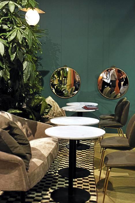 3. Kahvilamiljöö: Trendikästä kahvilatunnelmaa luotiin niin ranskalaishenkisillä tuoleilla kuin pienillä pyöreillä kahvilapöydilläkin.
