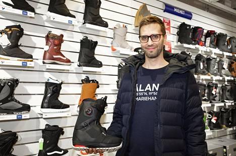 Ville Fagerholm etsi uusia lumilautakenkiä itselleen tiistaina Forumin Intersportista.