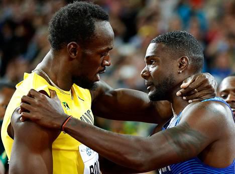 Usain Bolt (vas.) onnitteli Justin Gatlinia pian kilpailun ratkeamisen jälkeen.