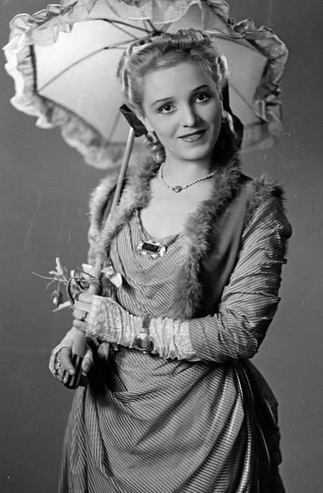 Ansa Ikonen vuoden 1941 elokuvassa Kulkurin valssi.