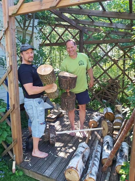 Mikko Tukonen (oik.) rakensi pihapergolaansa kuntosalin. Kuvassa myös kaveri Kari Härkönen.