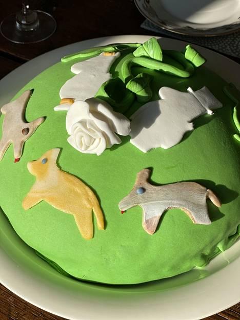 """To 22.7. """"Tämä viikko on juhlaviikko. Lapsen ja veljen synttärit ja omat nimpparit juhlitaan kakkukutsuilla."""""""