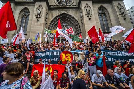 Haddadin kannattajat osoittivat mieltään ehdokkaansa puolesta Sao Paulossa lauantaina.