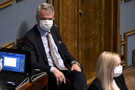 Keskustan eduskuntaryhmä ei halunnut kaataa hallitusta ja antoi luottamuksen ulkoministeri Pekka Haavistolle. Eduskuntaryhmä kertoi kantanaan, että se ei hyväksy Haaviston lainvastaista toimintaa eikä vihreiden toimintaa perustuslakivaliokunnassa.