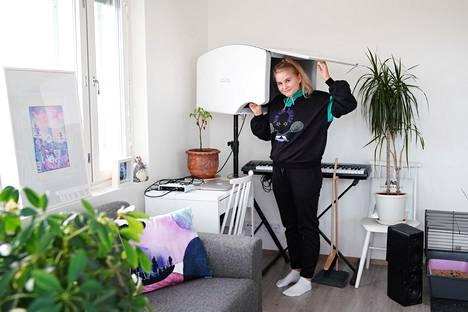 Olivera äänittää kappaleita  esimerkiksi omassa olohuoneessaan.