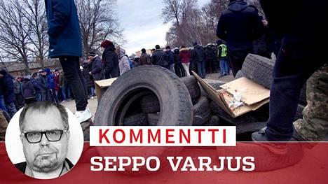 Ukrainalaiset mielenosoittajat yrittivät estää maanmiestensä tuomista karanteeniin sytyttämällä tuleen autonrenkaita tiesululla.