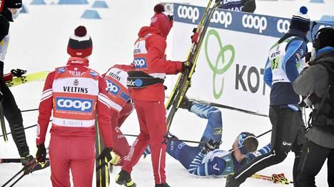 Joni Mäki (selällään) ei päässyt heti ylös Aleksandr Bolshunovin taklauksen jälkeen. Se oli venäläisen onni.