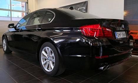 Uudistunut BMW 520 -dieselmalli F10 on jo selvästi samanikäistä, vanhempaa mallia hinnakkaampi, vaikka vuosimalli ja mittarilukema olisi sama. Kuvan porrasperäisestä uudemman mallisesta vuosimallin 2010 BMW 520 A F10 Business Sportista kaksilitraisella dieselmoottorilla ja automaattilaatikolla MPS-Motors Jyväskylässä pyytää 19 390 euroa. Auton mittarilukema on 173 000 km ja moottorin tehot ovat 184 hevosvoimaa.