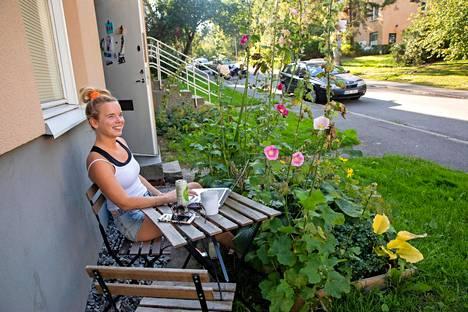Melkein naapurissa  asuva Johanna Hulthem ei ole uskoa, kun kuulee ammuskelusta.