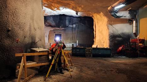 Huoltotunnelia rakennettiin 2010 yli kolmenkymmenen metrin syvyydessä Keskuskadun ja Kaivokadun tienoilla.