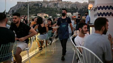 Kreikan viranomaiset ovat syyttäneet tartuntojen lisääntymisestä täpötäysiä yökerhoja ja sosiaalisia tapahtumia. Kuva Ateenasta 1. elokuuta.