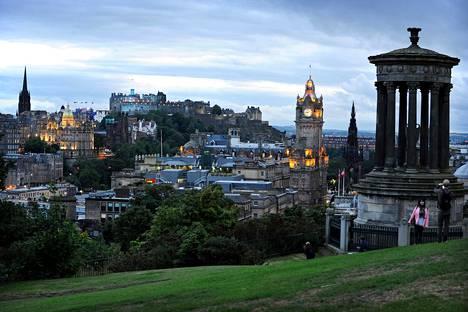 Edinburgh on komea kaupunki. Calton-kukkulan puistosta avautuu hieno näköala keskustan yli vanhaankaupunkiin.