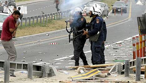 Mellakkapoliisit ampuivat mielenosoittajia Bahrainissa.