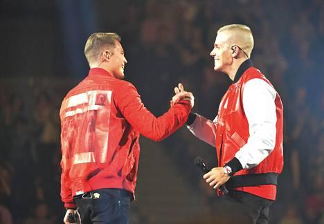Kaksikko paiskasi kättä Elastinen feat -konsertissa Hartwall-areenalla toukokuussa 2016.