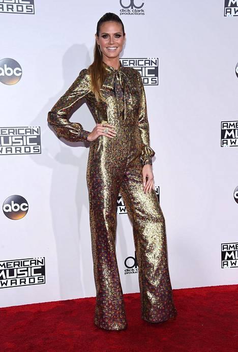 Esimerkiksi Heidi Klumin juhlalook American Music Awards -gaalassa oli kultaa päästä varpaisiin. Ehkä näin kimaltavaan asuun ei tarvitse pikkujouluissa tai muissa juhlissa sonnustautua, mutta kultaiset housut hieman hillitymmän yläosan kanssa ovat supertrendikkäät.