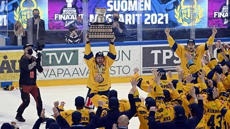 Lukon varakapteenina viimeisellä kaudellaan toiminut Toni Koivisto pääsi viimeisenä tekonaan ammattijääkiekkoilijana nostamaan Kanada-maljan Lukon joukkueen edessä.