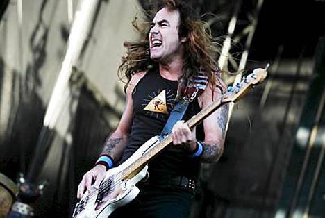 Steve Harris villitsi täpötäyttä Olympiastadionia Helsingissä 2008 Iron Maidenin konsertissa.