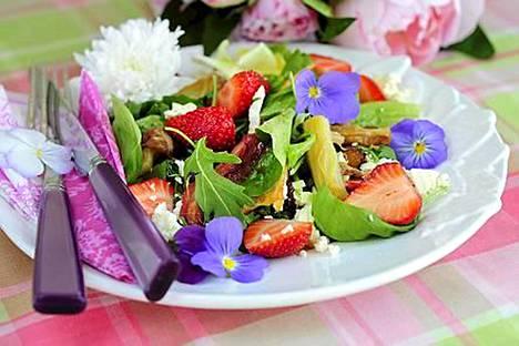 Raparperit ja mansikat sopivat myös salaattiin.
