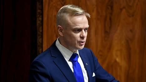 Kokoomuksen Timo Heinonen luki täysistunnossa ääneen OAJ:n puheenjohtajan haastattelua.