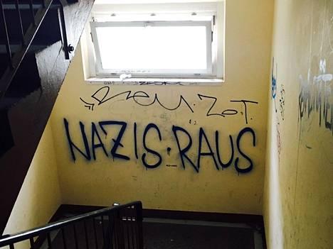 Natsit pois! julistaa Freitalin pakolaiskeskuksen seinään maalattu graffiti.