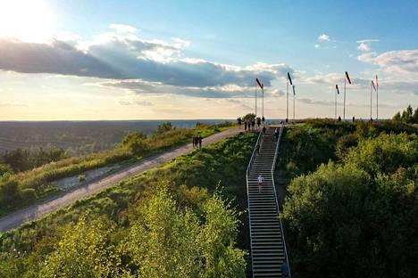 347 porrasta johtavat Malminkartanonhuipulle. Se on Helsingin korkein kohta, 91 metriä merenpinnan yläpuolella.