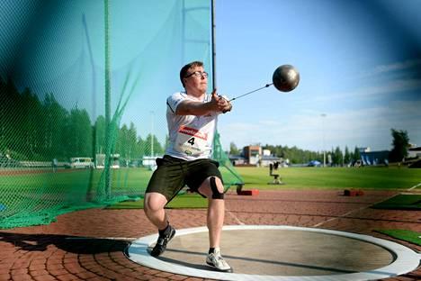 Aaron Kangas on miesten moukarissa Suomen kaikkien aikojen tilastokolmonen. Kuva kesäkuulta Vantaan Kultainen keihäs -kilpailusta.
