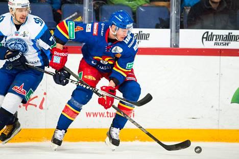 Ossi Väänänen on pelannut Helsingin Jokereiden paidassa yhteensä 389 ottelua.